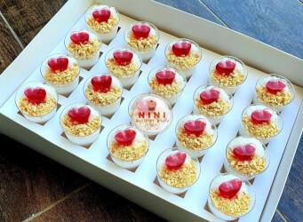 מארז קינוחי כוסות - מלבי פרווה עם קוקוס, בוטנים ורוטב מי ורדים אדום