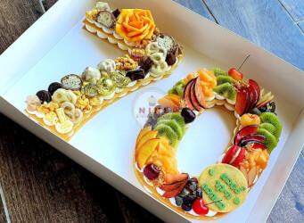 עוגת מספרים 70 - שתי שכבות בצק שקדים פריך במילוי קרם מסקרפונה וניל עם שוקולד מובחר UPHRU, YRHHO<br>בתוספת מקרונים והקדשה אישית