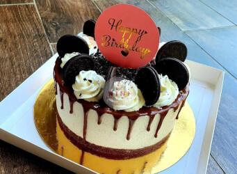 עוגת מוס אוראו עם מקרונים והקדשה
