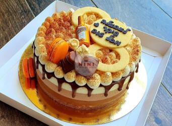 עוגת מוס טריקולד - מוס שוקולד מריר, מוס שוקולד קפה, מוס שוקולד לבן, גנאש וענני מסקרפונה עם מקרונים והקדשה