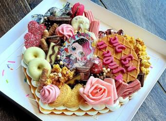 עוגת מספרים לב - שתי שכבות בצק שקדים פריך במילוי קרם מסקרפונה וניל עם שוקולד מובחר ודמות LOL<br>בתוספת מקרונים והקדשה אישית
