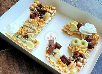 עוגת מספרים 13 - שתי שכבות בצק שקדים פריך במילוי קרם מסקרפונה וניל עם שוקולד מובחר <br>בתוספת מקרונים והקדשה אישית