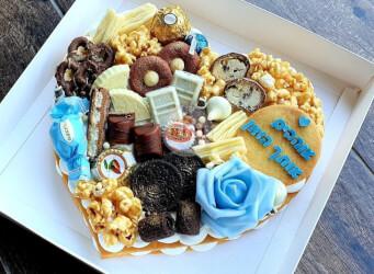 עוגת מספרים לב עם קרם וניל מסקרפונה, שוקולד מובחר, מקרונים והקדשה