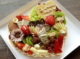 עוגת מספרים לב עם קרם וניל מסקרפונה, פירות העונה, מקרונים והקדשה