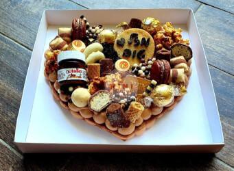 עוגת מספרים לב - שתי שכבות בצק פריך קקאו במילוי גנאש שוקולד מוקצף עם שוקולד מובחר <br>בתוספת מקרונים והקדשה אישית