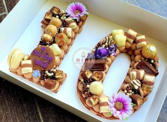 עוגת מספרים 10 - שתי שכבות בצק פריך קקאו במילוי גנאש שוקולד מוקצף עם שוקולד מובחר <br>בתוספת מקרונים והקדשה אישית