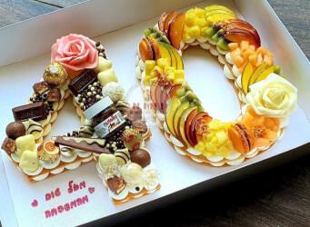 עוגת מספרים 40 - שתי שכבות בצק שקדים פריך במילוי קרם מסקרפונה וניל עם שוקולד מובחר, פירות טריים<br>בתוספת מקרונים והקדשה אישית