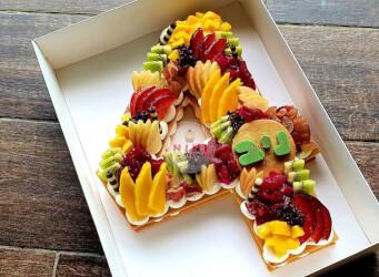 עוגת מספרים 4 - שתי שכבות בצק שקדים פריך במילוי קרם מסקרפונה וניל עם פירות טריים<br>בתוספת הקדשה אישית