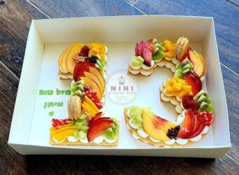 עוגת מספרים 13 - שתי שכבות בצק שקדים פריך במילוי קרם מסקרפונה עם פירות טריים <br>בתוספת מקרונים והקדשה אישית