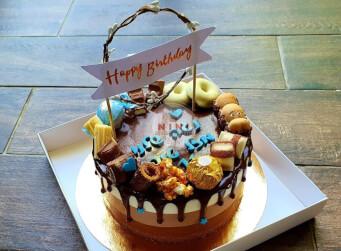 עוגת מוס טריקולד - מוס שוקולד מריר, מוס שוקולד קפה, מוס שוקולד לבן, גנאש והקדשה אישית.