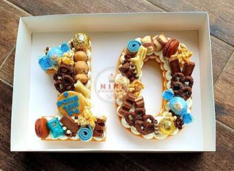 עוגת מספרים 10 - שתי שכבות בצק שקדים פריך במילוי קרם מסקרפונה וניל עם שוקולד מובחר <br>